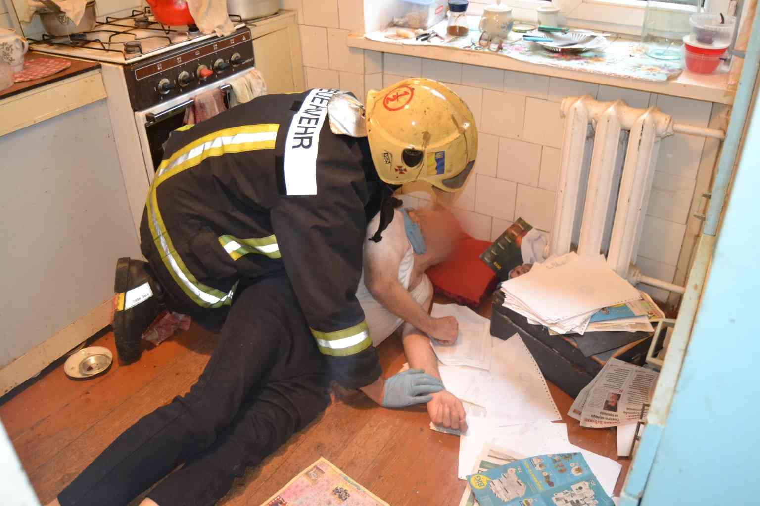 """Результат пошуку зображень за запитом """"рятувальники відкрили вхідні двері"""""""