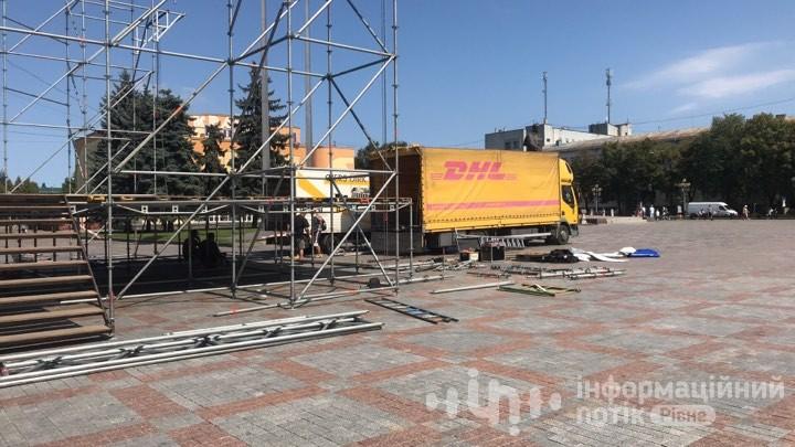 Монтаж сцени на Майдані незалежності у Рівному
