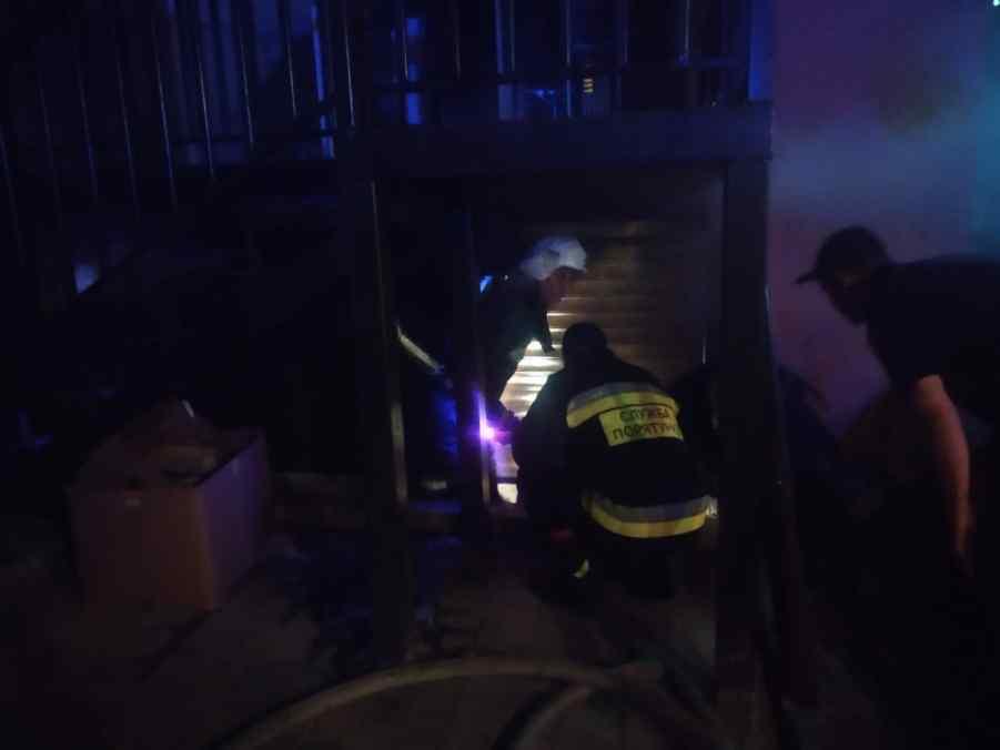 вночі у рівному підпалили двері магазину