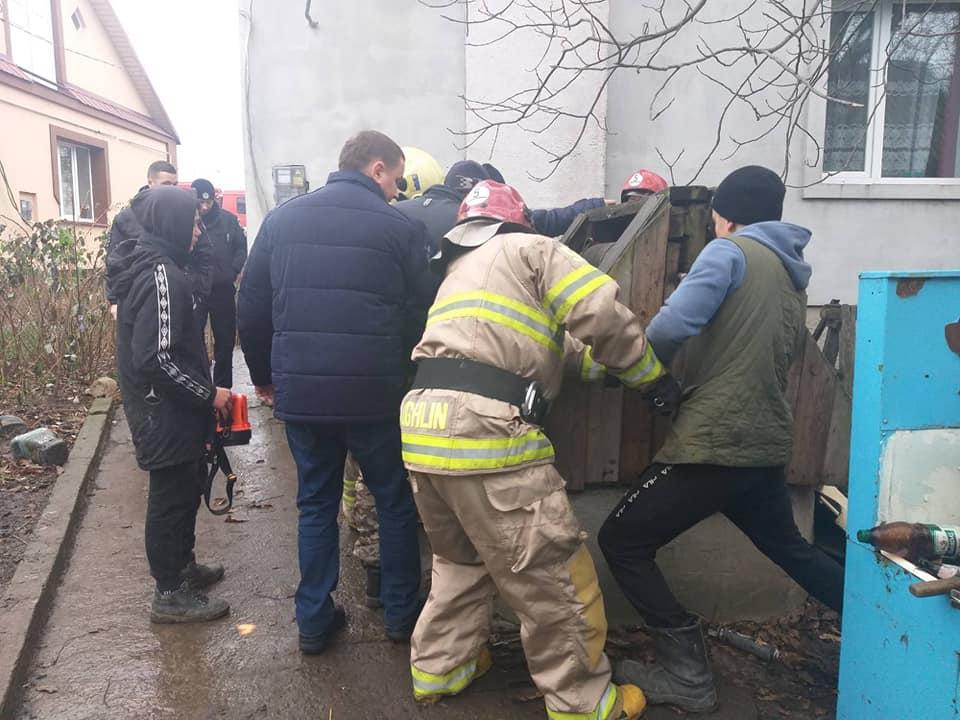 Бійці ДСНС дістали з колодязя на Дубенщині двох людей