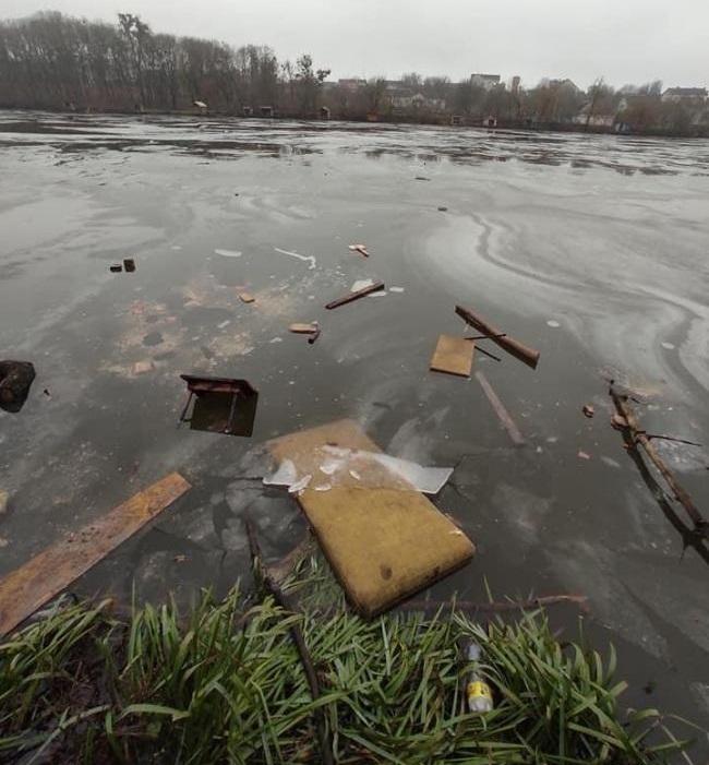 На Рівненщині водойму забруднили меблями та предметами побуту