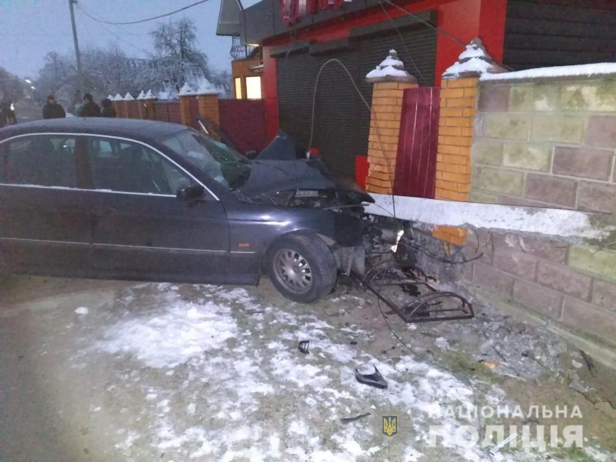 У Зарічному водій врізався у стовп і потрапив з пасажиром до лікарні