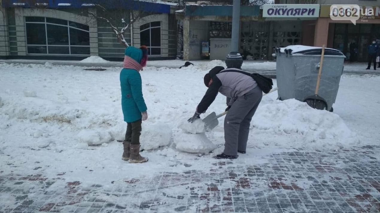 Комунальники влаштували для рівнян снігову гірку в центрі міста