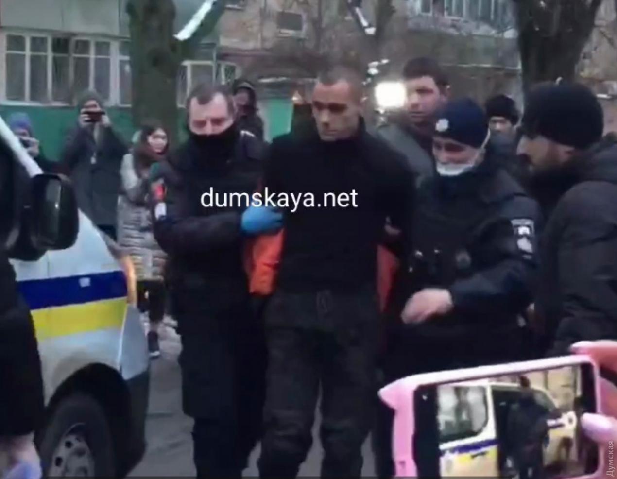 В Одесі чоловік ходив по вулиці з відрізаною головою в руках