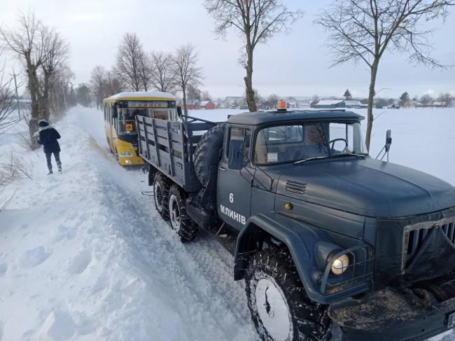 Шкільний автобус із дітьми вивільняли рятувальники на Дубенщині