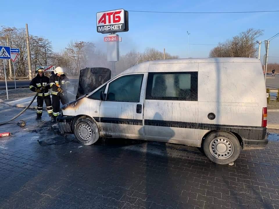 """В Обарові біля """"АТБ"""" горіла легкова автівка (+фото)"""
