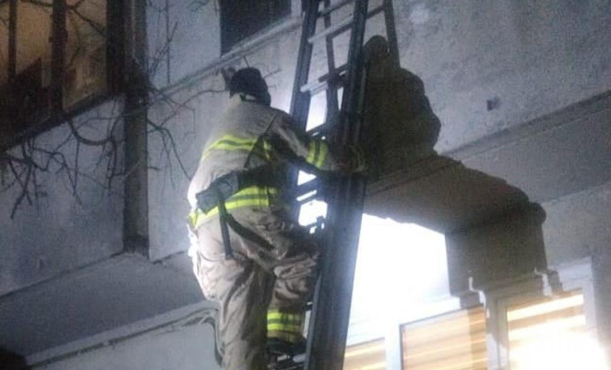 Рівненські рятувальники звільнили жінку, яка замкнулася на балконі
