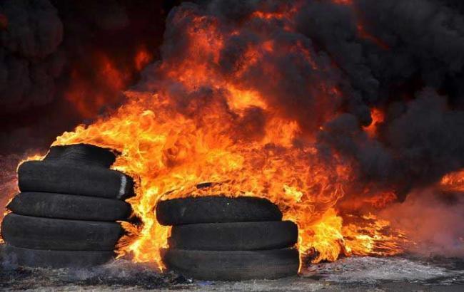 У Рівному біля гаражного кооперативу сталася пожежа - горіли шини